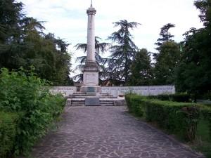 Ingresso al monumento dei caduti a Curtatone. Il monumento versa, in uno statoquasi di abbandono, peccato.